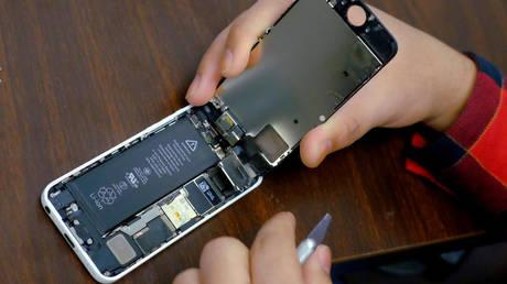 Δάγκωσε μπαταρία iPhone και εκείνη εξερράγη (vid)