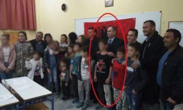 Εγκαίνια αλβανικού σχολείου στην Κρήτη με χάρτη της «Μεγάλης Αλβανίας» στην μπλούζα μαθητή