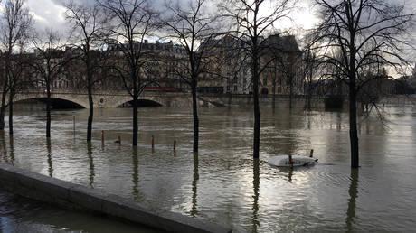 Κίνδυνος να πλημμυρίσει ο Σηκουάνας – Εκατοντάδες άνθρωποι απομακρύνθηκαν από τα σπίτια τους (pics&vid)