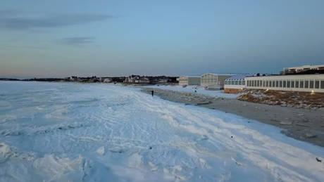 Μια «παγωμένη» παραλία στη Μασαχουσέτη (vids)