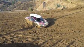 Μια Lamborghini 800 ίππων «βουτάει» στη λάσπη (vid)