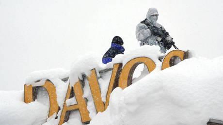 Σφοδρές χιονοπτώσεις στο Νταβός – Κόκκινος συναγερμός για χιονοστιβάδες (pics)