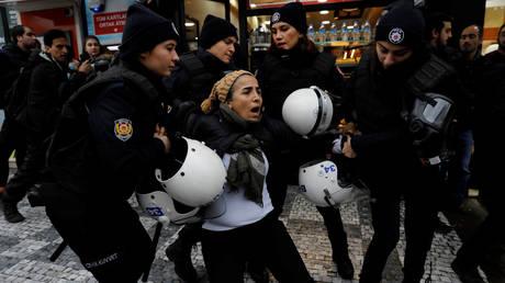 Χρήση σπρέι πιπεριού από τις Αρχές εναντίον φιλοκούρδων διαδηλωτών στην Άγκυρα (pics)