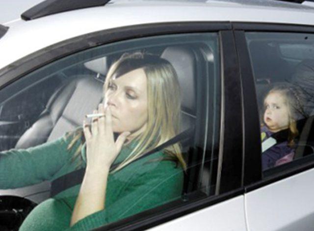 1.500 ευρώ πρόστιμο σε όσους καπνίζουν στο αυτοκίνητο με παιδί
