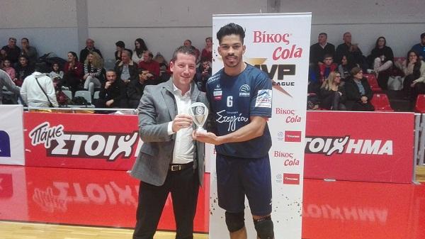 Ο Ιγκόρ Ντε Σόουζα βραβεύθηκε ως MVP Βίκος Cola από τον Φίλιππο Ζαμπέλη