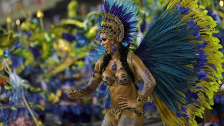 Καρναβάλι – Ρίο ντε Τζανέιρο: 14 εικόνες από την πολύχρωμη παρέλαση στο σαμποδρόμιο
