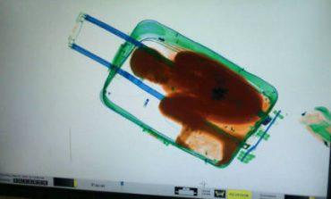 Πρόστιμο 92 ευρώ σε πατέρα που άφησε το παιδί του να περάσει τα σύνορα μέσα σε βαλίτσα (pics)