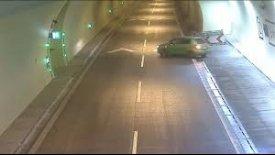 Ανεγκέφαλος εγκληματεί οδηγώντας ανάποδα σε τούνελ (vid)