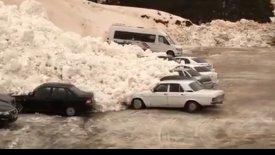 Αυτοκίνητα συνθλίβονται από χιονοστιβάδα (vid)