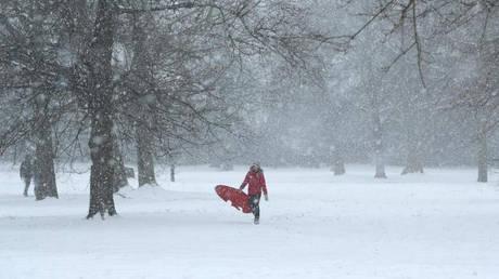 Σε «κόκκινο συναγερμό» το Λονδίνο λόγω της επέλασης του χιονιά (pics&vids)