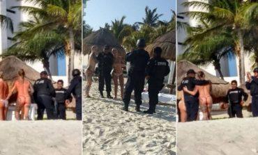 Aστυνομικοί έβγαλαν φωτογραφίες με topless τουρίστριες και απολύθηκαν! (pics)