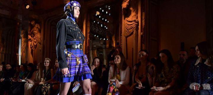 Ο οίκος Versace προτείνει πλεκτά tartan για τη νέα σεζόν!