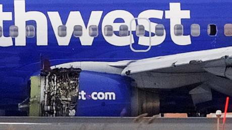 «Χάος και φωνές»: Έσπασε παράθυρο αεροσκάφους, νεκρή μια γυναίκα (pics&vid)