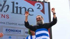 Απίστευτο! Ιερέας έτρεξε με ράσα 430 χλμ. και νίκησε στο No Finish Line! (pics & vids)
