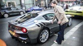 Δύο Ferrari… πακέτο πουλάει ο Τζαμιροκουάι (vid)