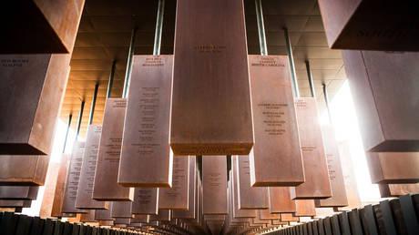 ΗΠΑ: Το πρώτο μνημείο για χιλιάδες Αφροαμερικανούς-θύματα λιντσαρίσματος (pics&vid)