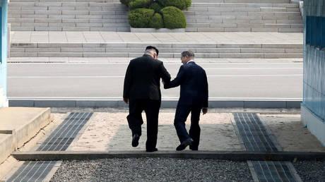 Η Κορέα οδεύει σε νέα εποχή: Κιμ Γιονγκ Ουν – Μουν Τζε-ιν έσφιξαν τα χέρια (pics)