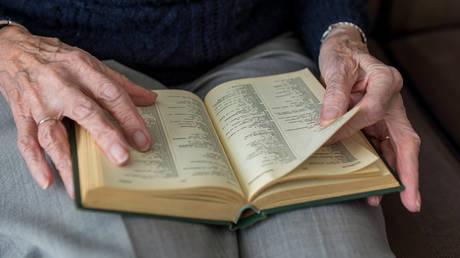 Η 96χρονη που μπήκε στο Λύκειο και ονειρεύεται να γίνει βρεφονηπιοκόμος (pics&vid)