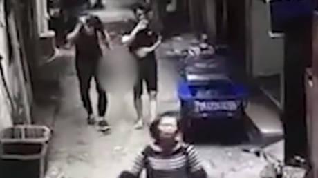 Κίνα: Σκότωσε τη σύζυγό του και βγήκε ατάραχος στο δρόμο κρατώντας το κεφάλι της (vid)