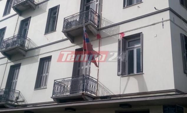 Πάτρα: Επίθεση με μπογιές στο κτίριο του Βρετανικού Υποπροξενείου – Στόχος και το γαλλικό ινστιτούτο (pics)