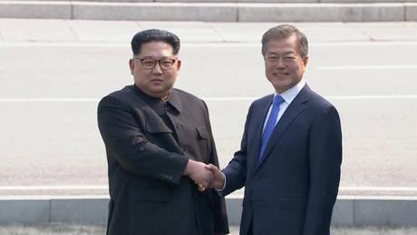 Σε εξέλιξη η ιστορική συνάντηση του Κιμ Γιονγκ Ουν με τον Μουν Τζε-ιν