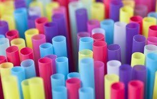 Στην Βρετανία θα απαγορεύσουν και άλλα πλαστικά όπως τα καλαμάκια και τις μπατονέτες