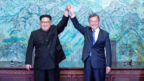 Στην αυγή μιας νέας εποχής: Κιμ Γιονγκ-ουν και Μουν Τζε-ιν έδωσαν τα χέρια