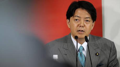 Mea culpa Ιάπωνα υπουργού: Το υπουργικό αυτοκίνητο και τα μαθήματα της… σέξι γιόγκα  (pic)