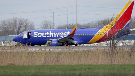 Tρόμος στον αέρα: Επιβάτης παραλίγο να βρεθεί εκτός αεροπλάνου (pics&vid)