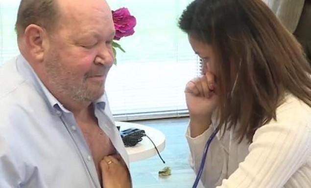 Γυναίκα καταρρέει ακούγοντας την καρδιά του συντρόφου της να χτυπά στο στήθος ενός άλλου άνδρα