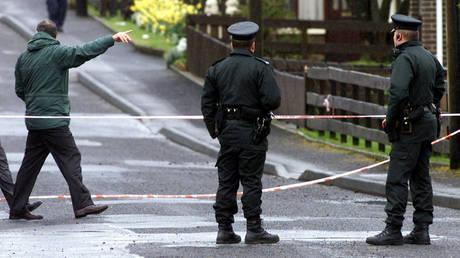 Ιρλανδία: Αστυνομικοί βρήκαν καταζητούμενους  δεμένους και περιλουσμένους με μπογιά (pic&vid)