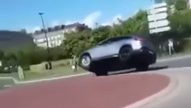 «Νοικιάρικη» Mercedes-AMG ντελαπάρει λόγω… βλακείας (vid)