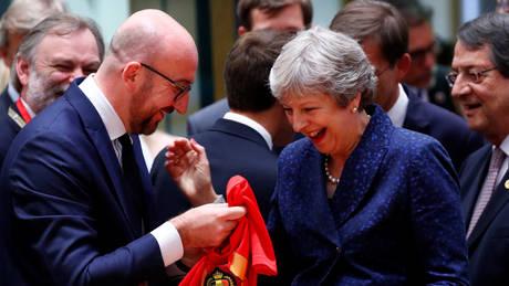 Αντάλλαξαν… φανέλες οι πρωθυπουργοί Αγγλίας και Βελγίου