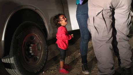 Η ιστορία πίσω από το κοριτσάκι-σύμβολο της αντιμεταναστευτικής πολιτικής του Τραμπ