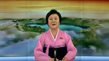 Πώς ανακοίνωσε η παρουσιάστρια της βορειοκρεατικής τηλεόρασης τη συνάντηση Τραμπ-Κιμ (vids)