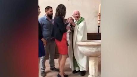 Σάλος στη Γαλλία – Ιερέας χαστούκισε μωρό επειδή έκλαιγε στη βάπτιση (vid)