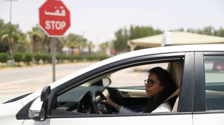 Στις σχολές οδηγών οι γυναίκες στη Σαουδική Αραβία  (pics)