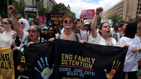 Συνελήφθη η Σούζαν Σάραντον – Διαμαρτυρόταν για την μεταναστευτική πολιτική του Τραμπ (pics)