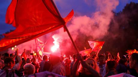 πΓΔΜ: Φωτοβολίδες και συνθήματα για τη συμφωνία (pics&vid)