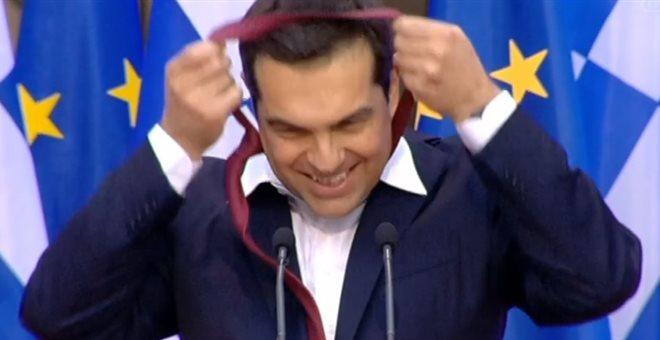 Πώς μια κόκκινη γραβάτα (δώρο του Ζάεφ;) μόλις «έπνιξε» επικοινωνιακά τον Αλέξη Τσίπρα