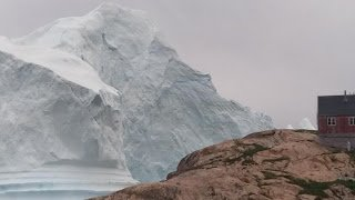 Γροιλανδία: Παγόβουνο στο μέγεθος λόφου απειλεί μικρό χωριό