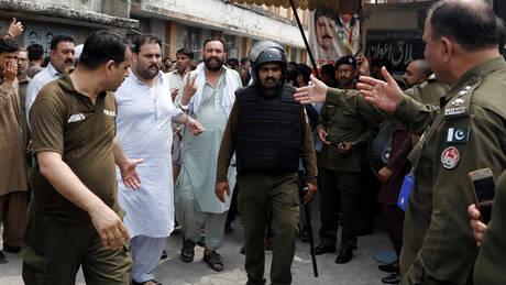 Επίθεση αυτοκτονίας με δεκάδες νεκρούς σε προεκλογική συγκέντρωση στο Πακιστάν