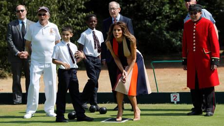 Η Μελάνια Τραμπ έπαιξε πετάνκ με παιδιά και βετεράνους στο Λονδίνο (pics)