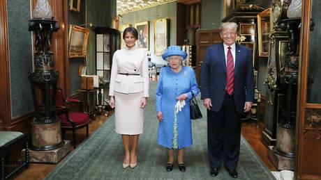 Η βασίλισσα Ελισάβετ υποδέχτηκε τους Ντόναλτ και Μελάνια Τραμπ στον Πύργο του Ουίνδσορ (pics)