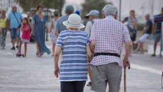 Ο ελληνικός πληθυσμός από την κρίση και μετά μειώνεται, αλλοιώνεται και γερνάει γρηγορότερα