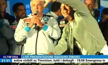 Πήρε το μικρόφωνο και είπε τραγούδι στην παρουσίαση της Νάπολι ο Αντσελότι (vid)