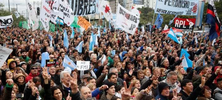 Αργεντινή: Δεκάδες χιλιάδες άνθρωποι διαδήλωσαν κατά της λιτότητας και του ΔΝΤ