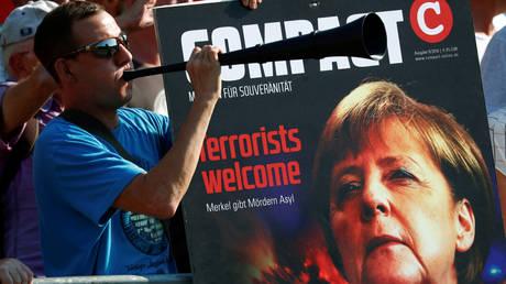 Ύβρεις κατά της Μέρκελ από ακροδεξιούς στη Δρέσδη (pics)