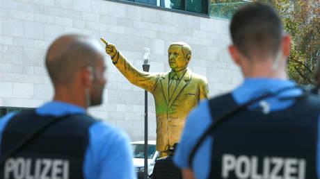 Βισμπάντεν: Αποσύρθηκε το χρυσό άγαλμα του Ερντογάν που δίχασε τη Γερμανία