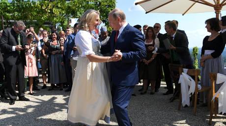 Ο χορός του Πούτιν με την Αυστριακή ΥΠΕΞ (pics)